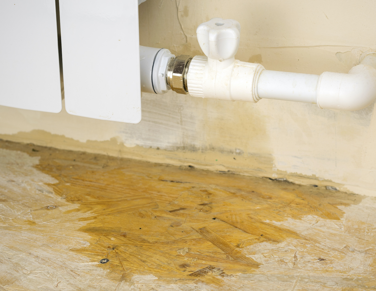 Damage to the heating system in a private home. Water leaks from the heating system.